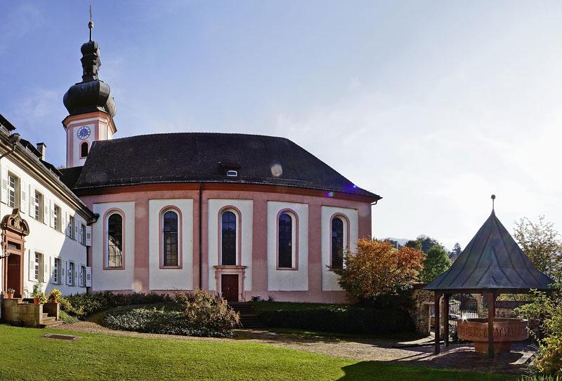 Taufstein mit Kirche