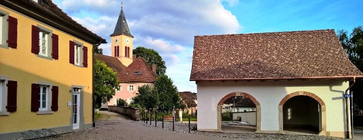 Dorfplatz: Altes Rathaus - Kirche - Pfarrhaus - Milchhäusle