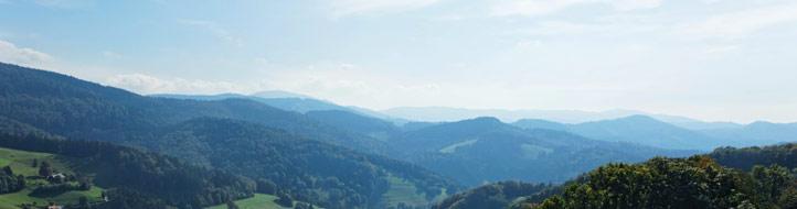 Blauer Himmel und Blick ins Tal